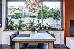 Masívny dubový jedálny stôl má podobnú povrchovú úpravu ako dlážka. Zvýraznené letokruhy budia dojem trvanlivosti a dlhovekosti.