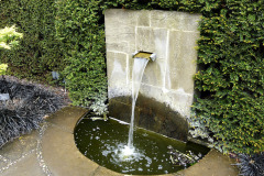 Tečúca voda bude vždy pomerne hlasná, preto treba počítať so zvukovým efektom v záhrade