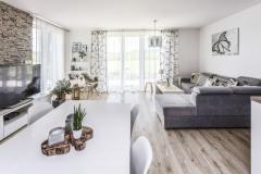 Hlavnej miestnosti dominuje variabilná šedá pohovka s veľkým úložným priestorom. Veľkou výhodou sedačky je odolný teflónový poťah