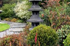 V záhrade japonského typu nesmú chýbať špecifické artefakty. Nájdete tu hneď niekoľko japonských lámp