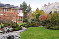 Majiteľ si prial diskrétnu záhradu, ktorá by nadväzovala na architektúru už stojaceho domu a zároveň korešpondovala s jeho záľubou v pestovaní bonsajov