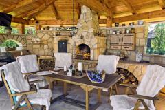 Vonkajšia kamenná kuchyňa eliptického tvaru s veľkým barom,        s doskou z masívneho dreva, grilom     a udiarňou. Kuchyňu postavili                 z pieskovca s vysokým obsahom kremeňa, čo je materiál odolný proti poveternostným vplyvom