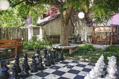 Záhradné šachy sú obľúbená kratochvíľa seniorov. Ďalšia možnosť, ktorá nevyžaduje žiadnu veľkú investíciu, je hra petang