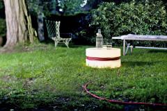 Svietidlo Yoyo osvetlí vďaka dlhému prívodnému káblu každý kút záhrady. Navyše poslúži aj ako odkladací stolík (BONAMI)