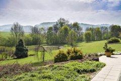 Z terasy pri dome sa otvára čarokrásna panoráma záhrady a protiľahlých vrchov