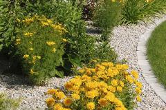 Pre jednoduchú kosbu je trávnik od štrku oddelený plochou obrubou z bielej betónovej dlažby