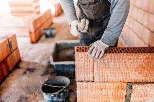 Stavba domu vo vlastnej réžii: Čo zvládnete sami a na čom môžete ušetriť