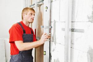 Ako sa člení interiér – 3. časť: Steny zo sadry, papiera, skla a dreva