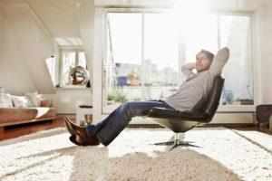 Oknom vchádza nielen svetlo, ale v lete aj teplo! Ako si s tým poradiť?